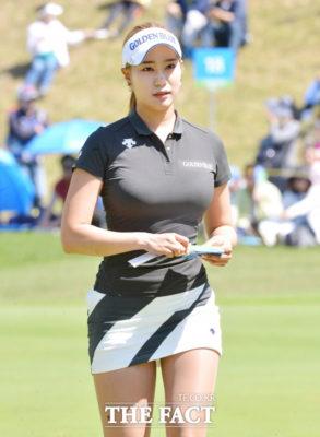 """Nữ golf thủ xinh đẹp Hàn Quốc """"khốn khổ"""" vì theo đuổi phong cách gợi cảm - Ảnh 3."""