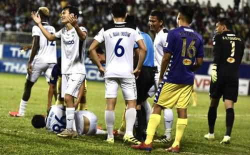 HLV Hà Nội FC: Cầu thủ HAGL cố tình ăn vạ, xứng đáng bị phạt - Ảnh 1.