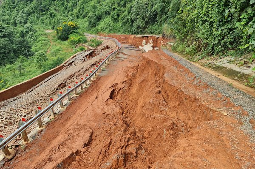 Đường du lịch gần 30 tỷ ở Đắk Nông sạt lở như bị động đất