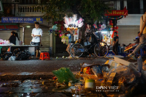 Phố Hàng Mã biến thành phố rác sau đêm trung thu - Ảnh 8.