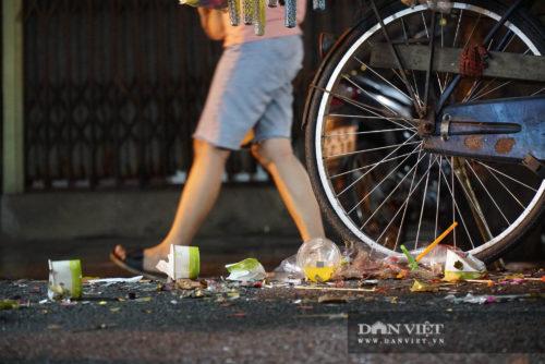 Phố Hàng Mã biến thành phố rác sau đêm trung thu - Ảnh 9.