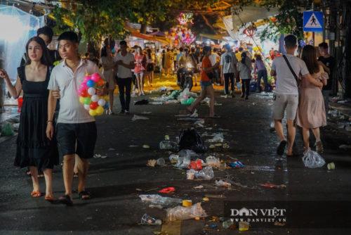 Phố Hàng Mã biến thành phố rác sau đêm trung thu - Ảnh 7.