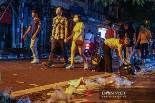 Phố Hàng Mã biến thành phố rác sau đêm trung thu - Ảnh 10.