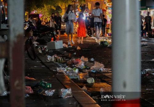 Phố Hàng Mã biến thành phố rác sau đêm trung thu - Ảnh 12.