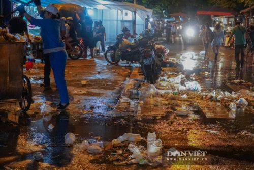 Phố Hàng Mã biến thành phố rác sau đêm trung thu - Ảnh 11.