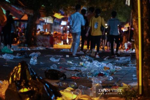 Phố Hàng Mã biến thành phố rác sau đêm trung thu - Ảnh 13.