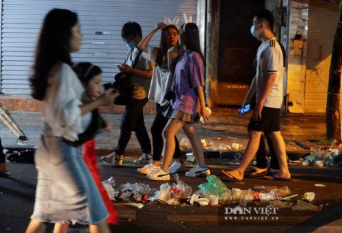 Phố Hàng Mã biến thành phố rác sau đêm trung thu - Ảnh 14.