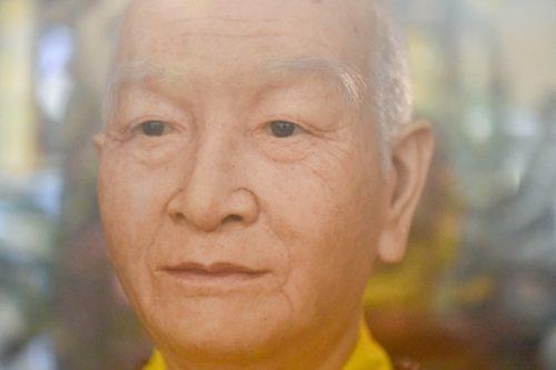 """Bức tượng giống """"người thật"""", từng bị đòi xem hộ chiếu ở ngôi chùa 600 tuổi - 12"""
