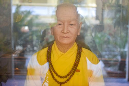 """Bức tượng giống """"người thật"""", từng bị đòi xem hộ chiếu ở ngôi chùa 600 tuổi - 2"""
