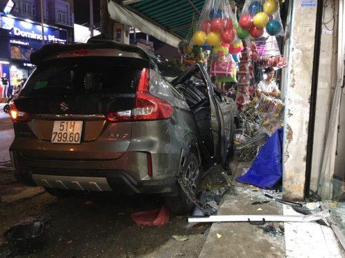 """TPHCM: Ô tô """"điên"""" tông nhiều xe máy trên đường phố rồi lao vào nhà dân, ít nhất 2 người bị thương - Ảnh 1."""