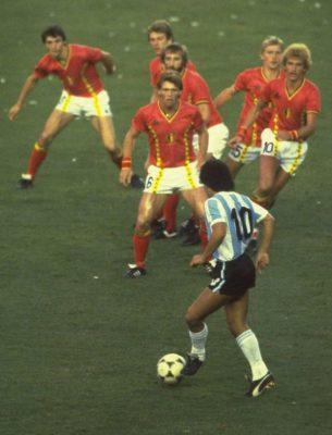 Bức ảnh lịch sử Maradona đối mặt 6 cầu thủ Bỉ - 1