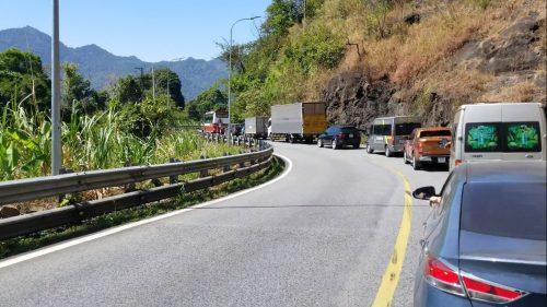 Tạm ngừng lưu thông trên đèo Bảo Lộc, cứu hộ xe container lao xuống vực sâu - Ảnh 3.