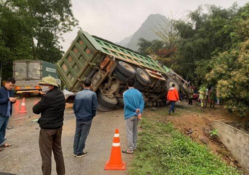 Hòa Bình: Ô ô khách tông xe tải, 3 người chết, 1 người cấp cứu