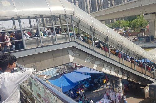 Hình ảnh dân nghèo Ấn Độ ùn ùn rời thủ đô, 'trốn' phong tỏa Covid-19
