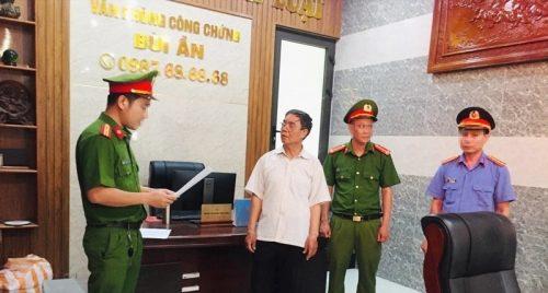 Giúp giám đốc làm giả hàng loạt sổ đỏ, Trưởng phòng công chứng bị bắt