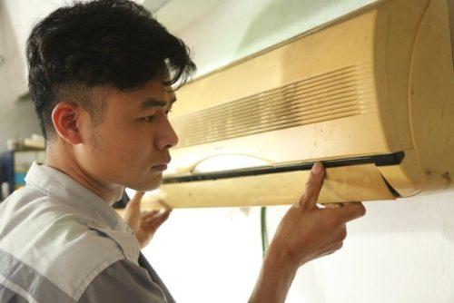 Giáp hè, nghề 'kiếm cơm treo vách tường' lại tất bật tại Hà Nội