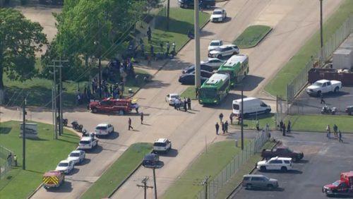 Xả súng tại Texas sau tuyên bố kiểm soát súng đạn của ông Biden - Ảnh 1.
