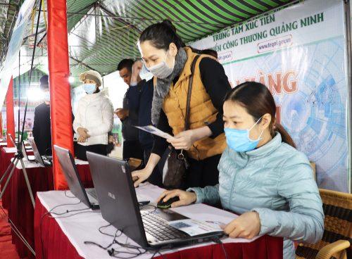 Cán bộ Trung tâm Xúc tiến và Phát triển công thương hướng dẫn người dân truy cập, xem thông tin và đặt hàng sản phẩm qua website: teqni.gov.vn.