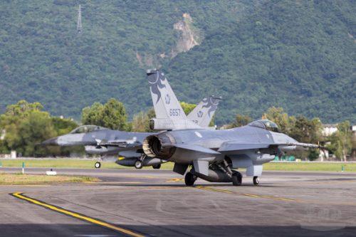 Trung Quốc tập ném bom trải thảm phía đông Đài Loan? - Ảnh 2.