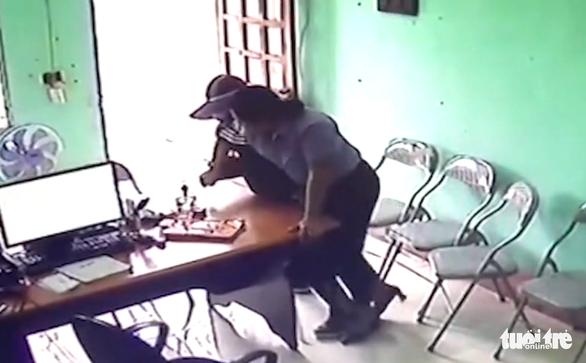 Nữ nghi phạm 34 tuổi dùng dao cướp quỹ tín dụng - Ảnh 1.