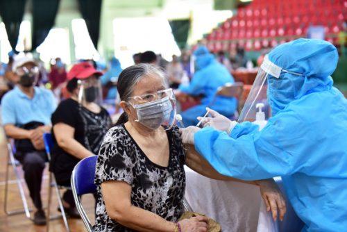 TP.HCM tiêm vắc xin miễn phí và tự nguyện - Ảnh 1.