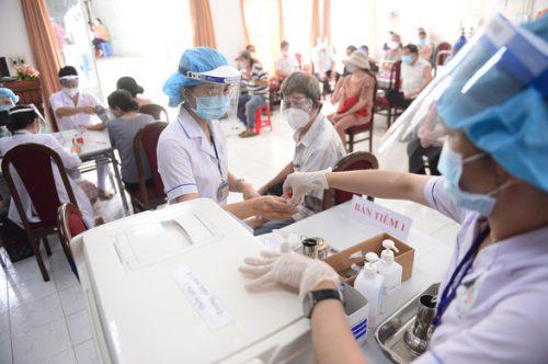 TP.HCM đặt mục tiêu tiêm 4 triệu liều vắc xin trong tháng 8 - Ảnh 1.