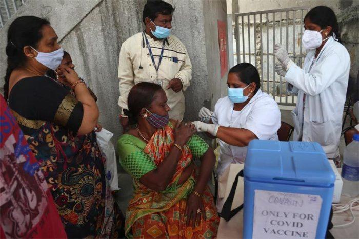 Ấn Độ lập kỷ lục tiêm chủng, ca Covid-19 tăng mạnh ở Singapore
