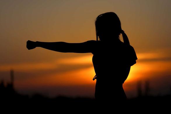 6 bài tập giúp xoa dịu tinh thần mùa dịch - Ảnh 2.