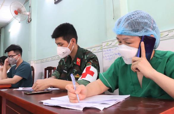 Chăm sóc F0 tại nhà: Chia nhỏ để quản, 2 người theo dõi 10 người bệnh - Ảnh 1.